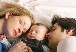 Anne babayla yatan bebekler