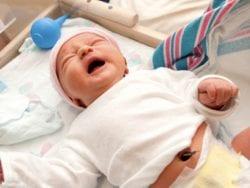 Bebeğin çamaşırlarının değiştirilmesi