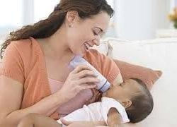 Bebek biberon ile nasıl beslenir?