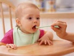 Bebek Beslenmesinde Ek Gıdaya Geçiş Nasıl  Yapılmalı